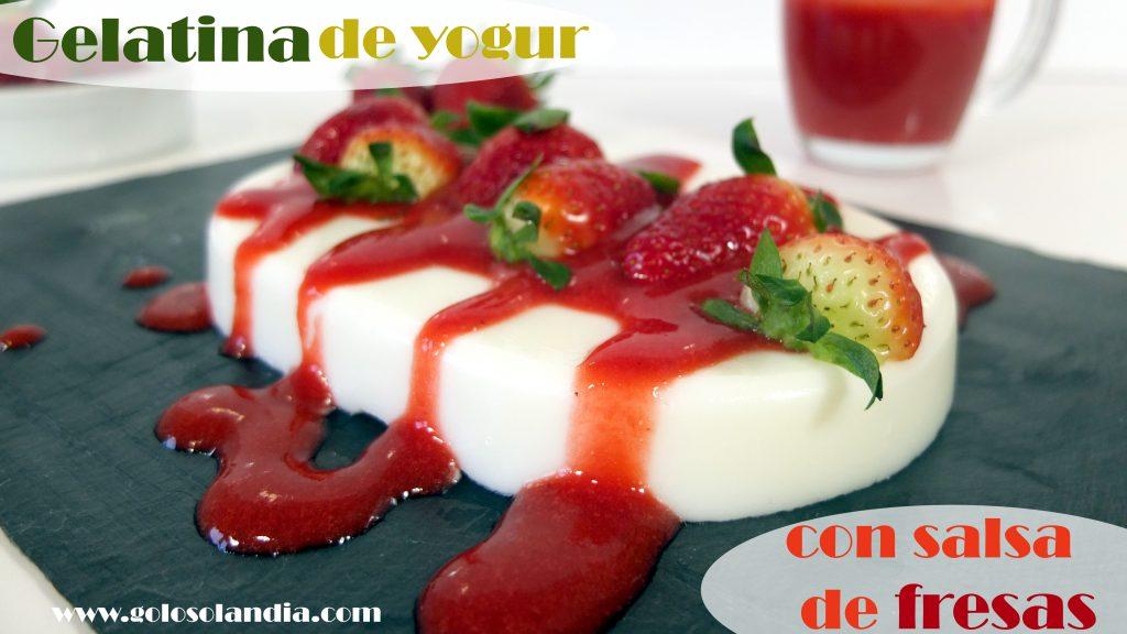 Gelatina de yogur y salsa de fresas
