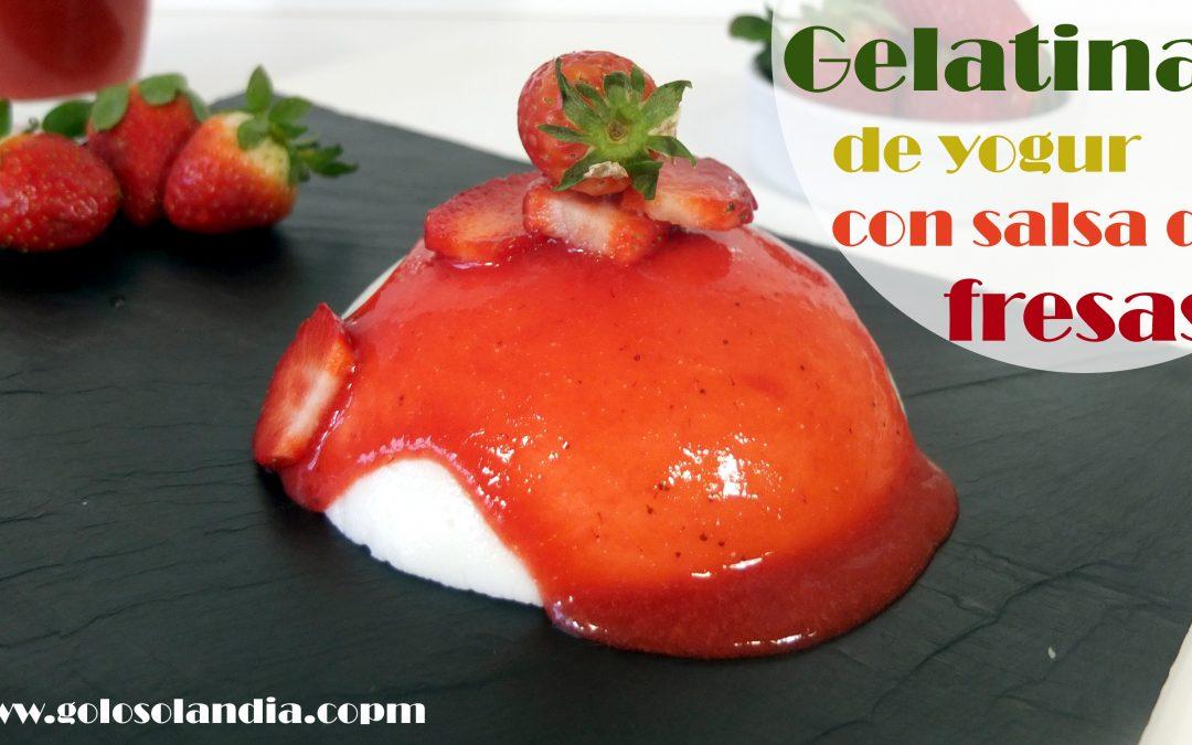 Gelatina de yogur con salsa de fresas